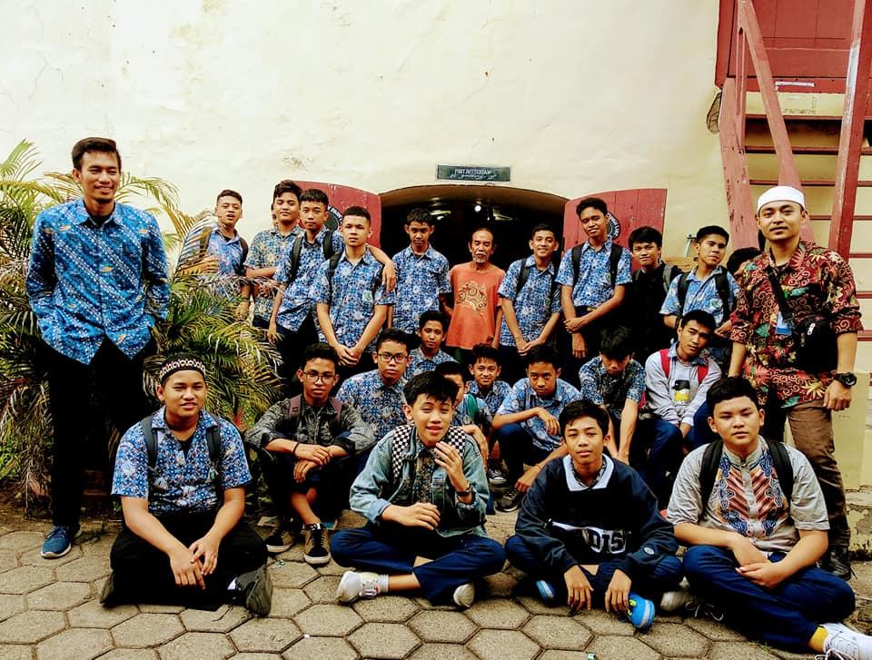 Siswa Kelas 9 SMPIT Ibnu Sina Kunjungi Galeri Pelukis Tanah Liat Makassar